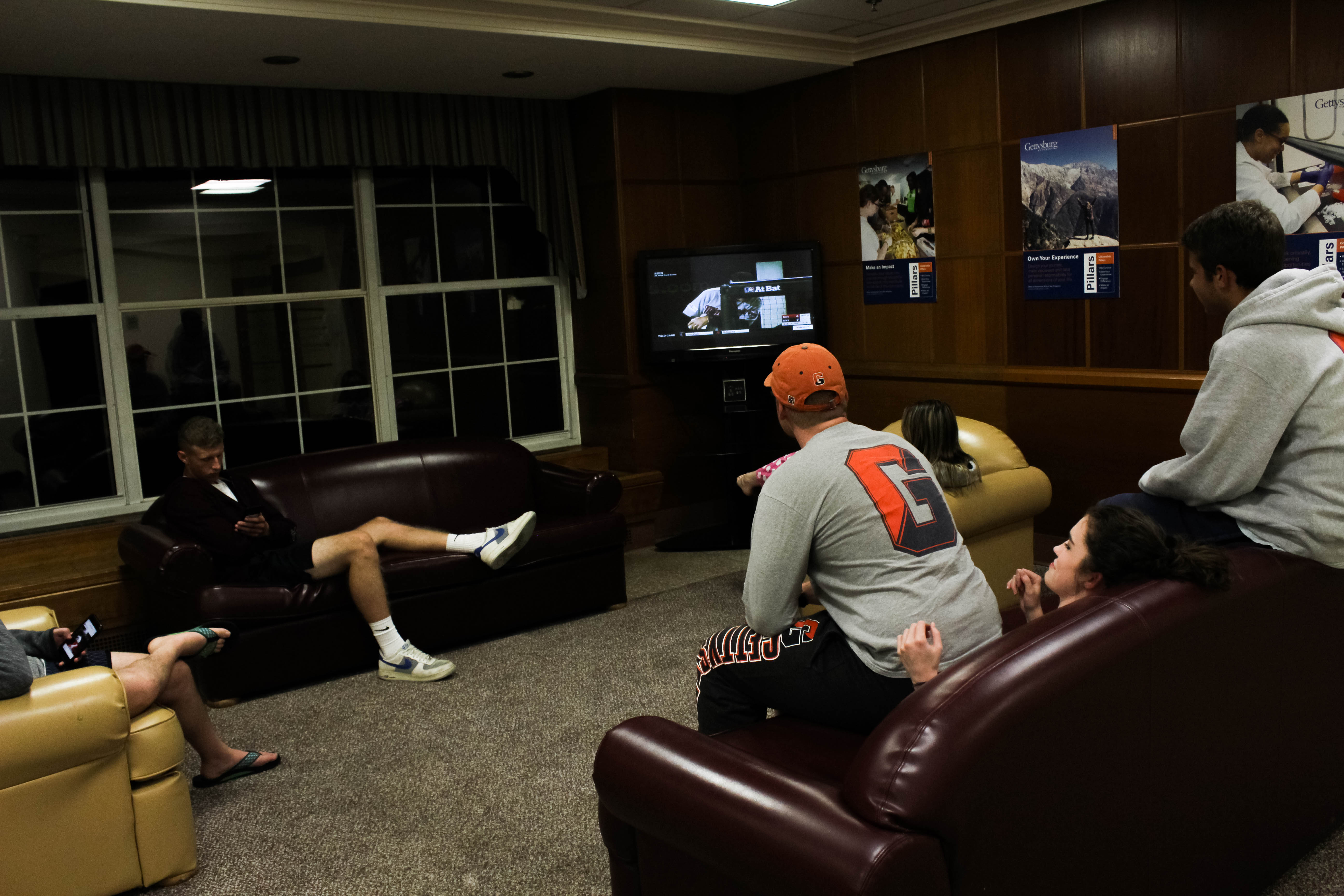 Students watch television in the Musselman Hall common room (Photo Claire Bickers / The Gettysburgian)