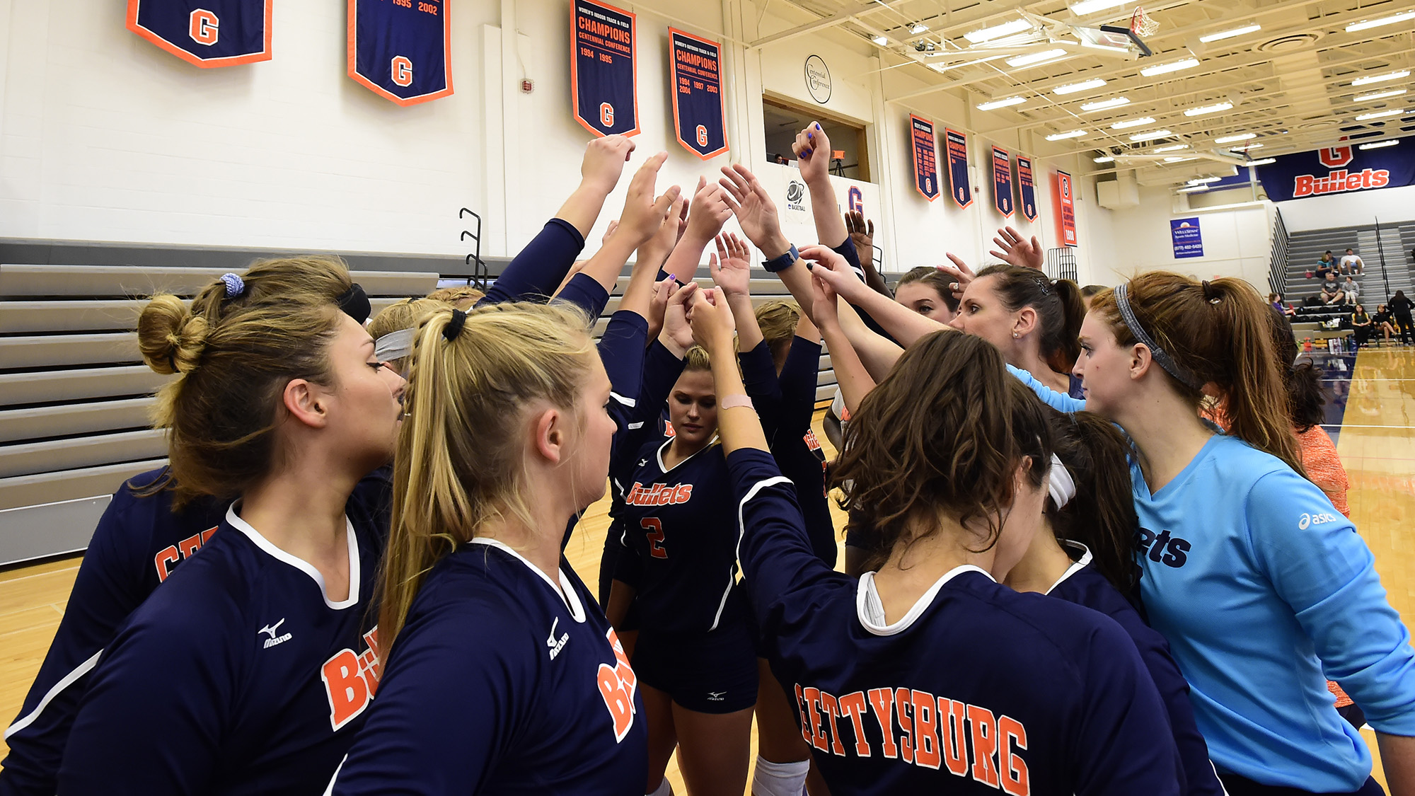 Members of the 2017 Women's Volleyball team huddle in Bream Gym (Photo courtesy of Gettysburg College Athletics)