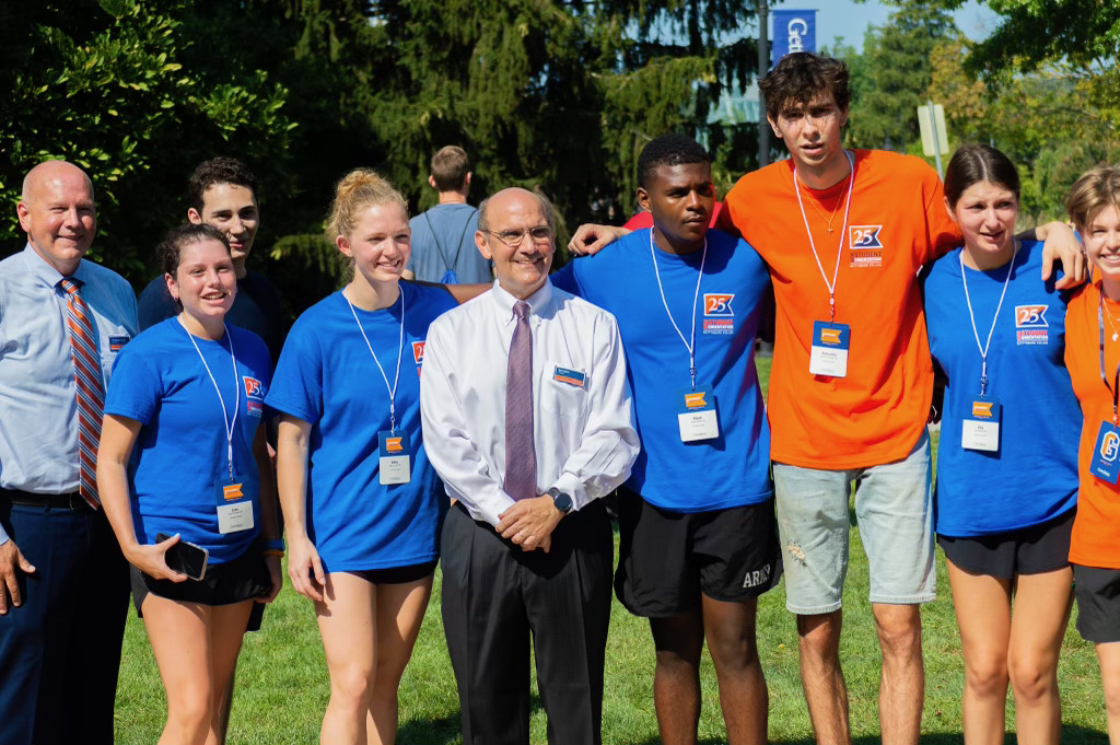 President Bob Iuliano posing with Residence Life staff and volunteers (Photo Aly Wein/The Gettysburgian)