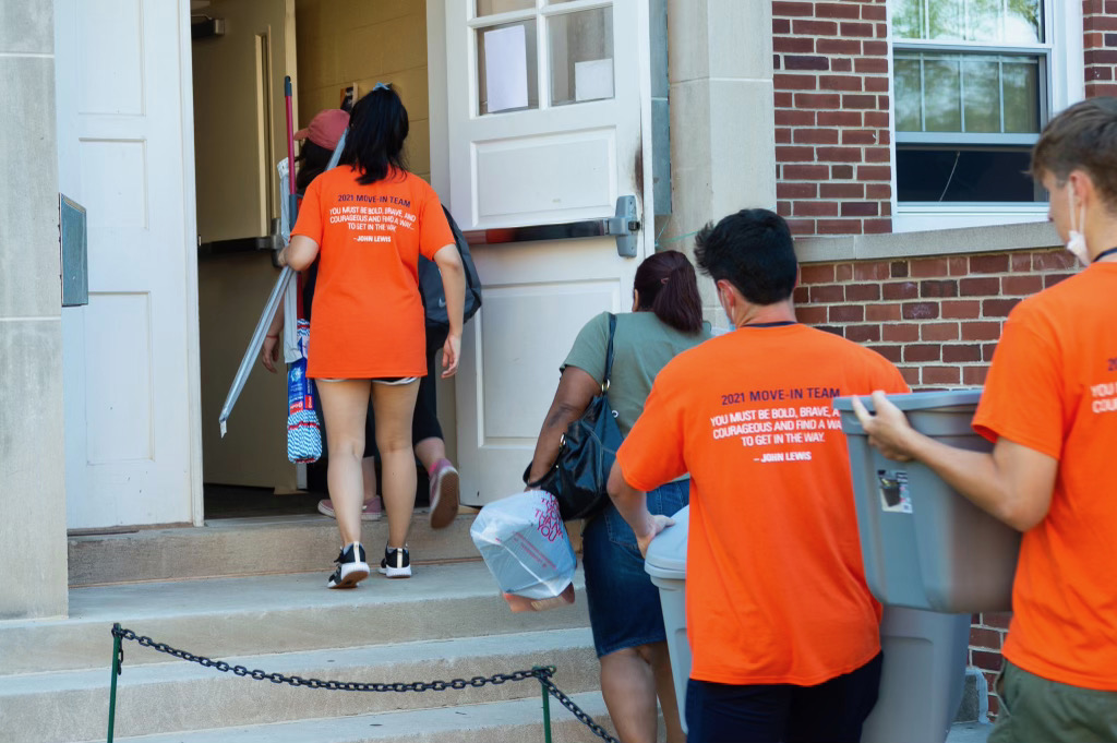 Moving first-year students into their new home (Photo Aly Wein/The Gettysburgian)